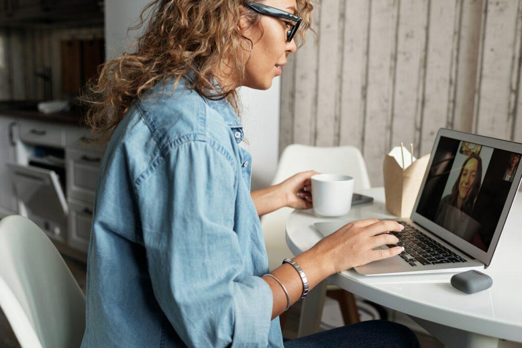 Zdalny onboarding – jak skutecznie wdrożyć pracownika online?
